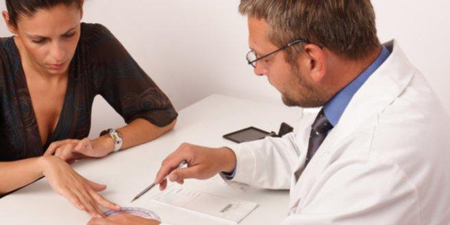 Androgene:Frau beim Arzt