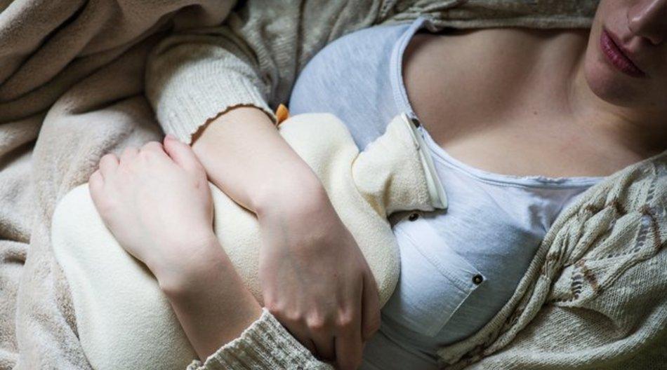 Neben der Wärmflasche kann auch eine Bauchmassage Verdauungsprobleme lindern.