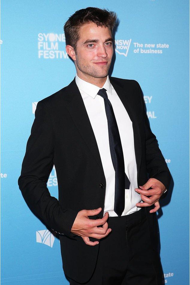 Robert Pattinson im schwarzen Anzug