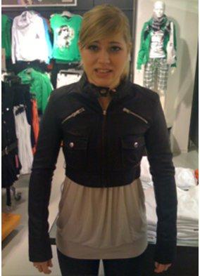 Katharina in einer schwarzen kurzen Lederjacke
