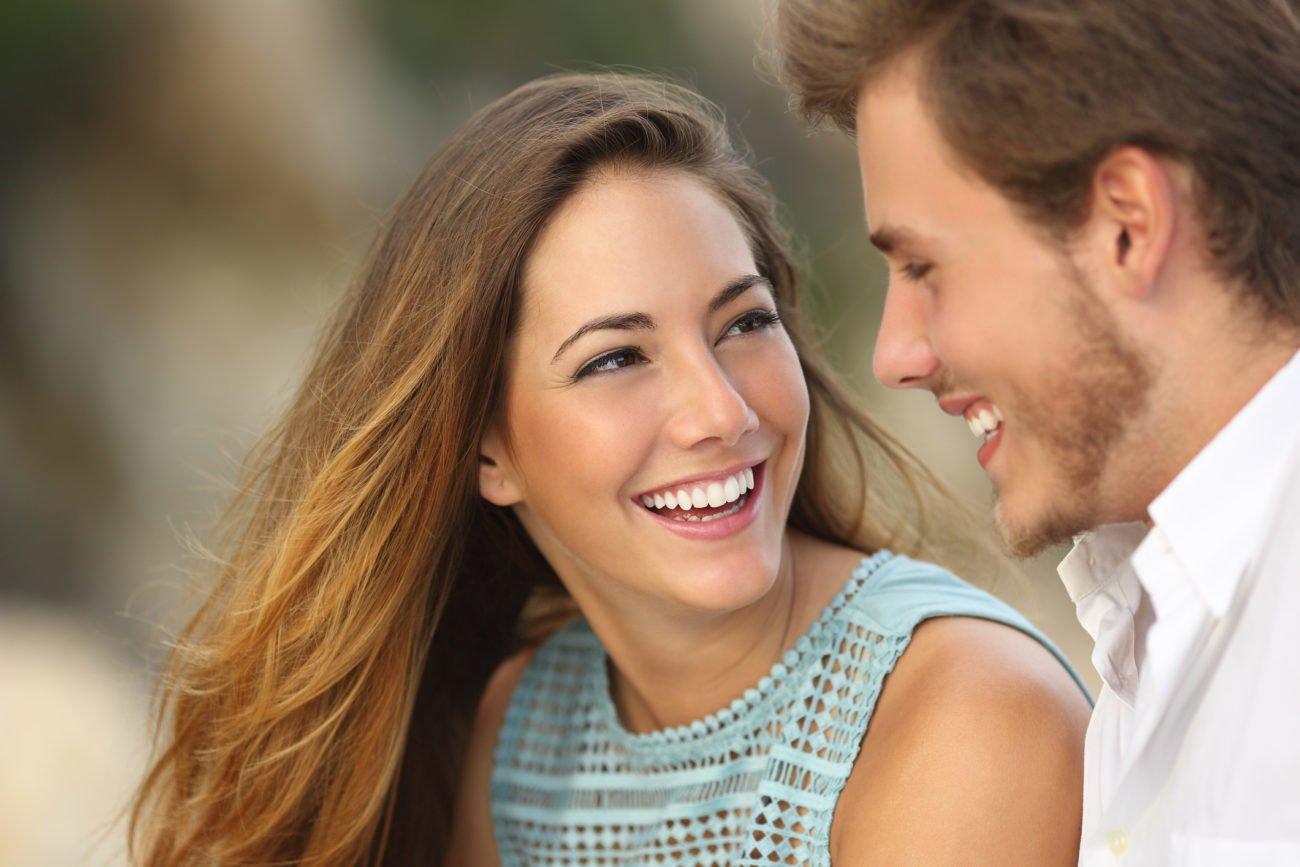 Lächeln beim Flirten