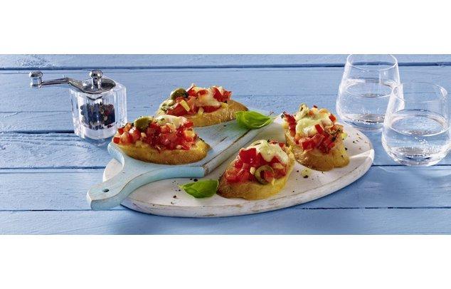 Servierfertig: Bruschetta mit Mozzarella überbacken.