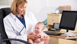 Baby, 3 Monate, beim Arzt.