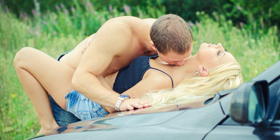 Sex auf der Motoerhaube