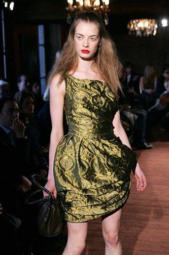 Tailliertes Kleid in altgrün mit asymmetrischen Falteneinsatz von Miu Miu.