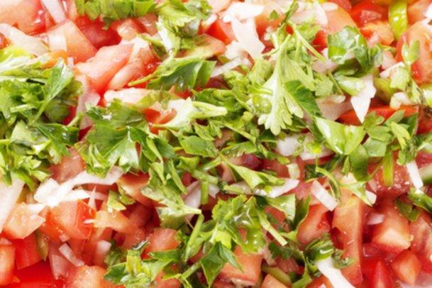Lecker: Tomatensalat mit frischem Koriander.