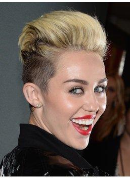 Silvester Frisuren: Miley Cyrus mit Pixie Cut