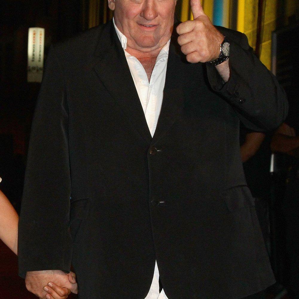 Gérard Depardieu pinkelt in Flugzeug