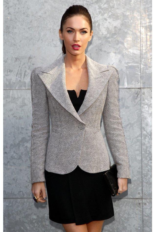Megan Fox in einem grauen Jackett