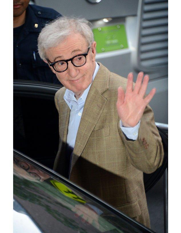 Woody Allen winkt seinen Fans zu.