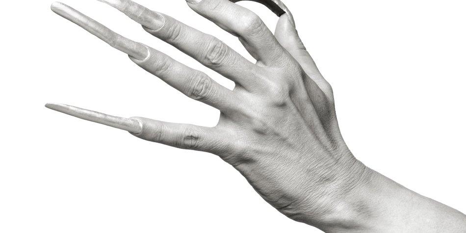 Hand mit langen Fingernägeln