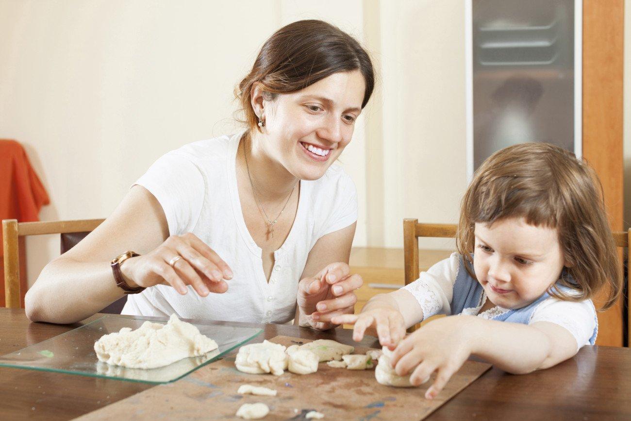 Knete selber machen mit Kind