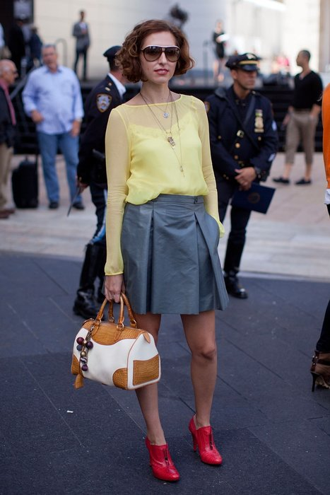 Saida kombiniert einen grauen Rock zur gelben Bluse und roten Ankle Boots-