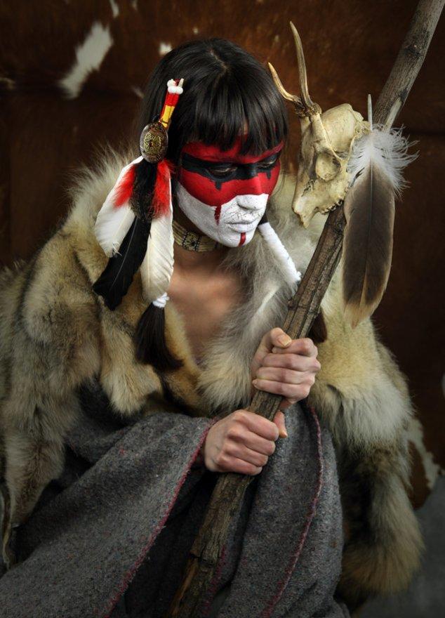 Schamane in traditioneller Kluft