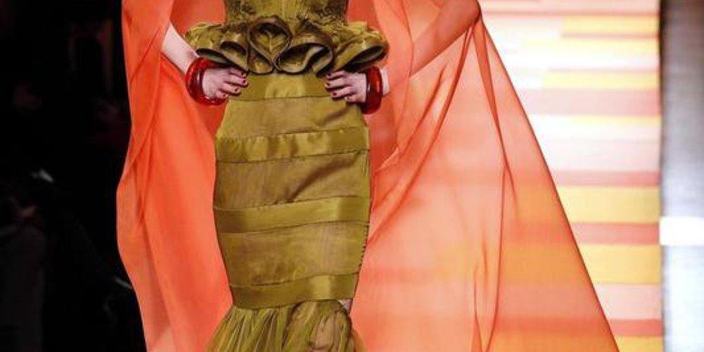 Haute Couture Spring/Summer 2013 Kollektion von Jean Paul Gaultier mit orangenem Schleier