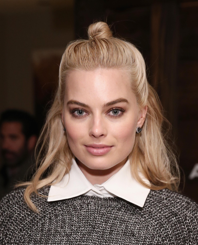 Halb Hochgesteckte Haare Eingedenglischt Auch Half Up Oder Direkt Hair Beziehungsweise Updo Genannt Stellen Die Perfekte Frisur Fur