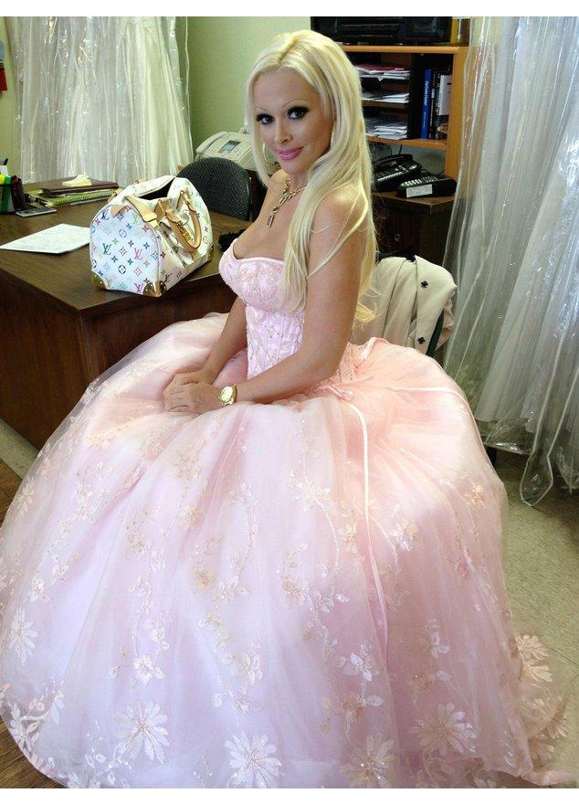 Daniela Katzenberger in einem rosa Tüllkleid.