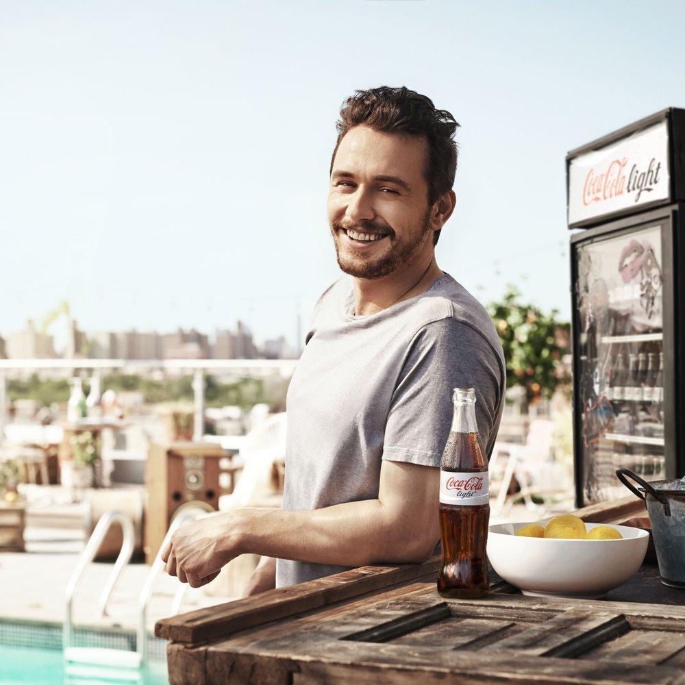 """James Franco ist wieder als """"Coke light""""-Mann unterwegs"""