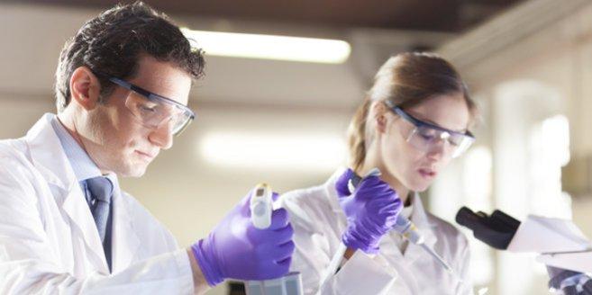 Hormondiagnostik: Wissenschaftler im Labor