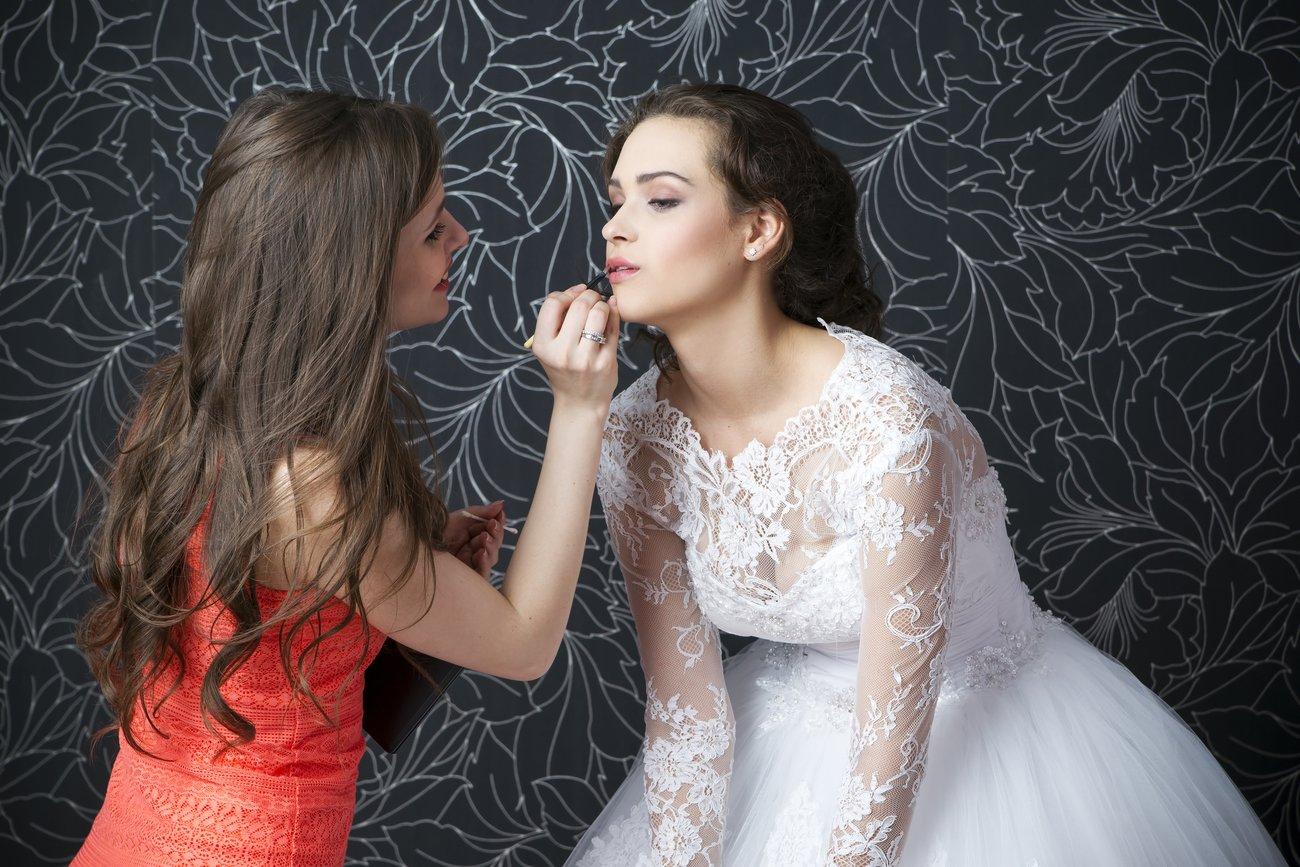 Beim selbstgemachten Braut-Make-up kannst Du Dir natürlich auch von einer Freundin helfen lassen.