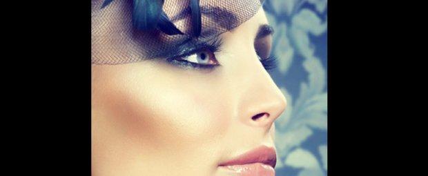 Frau mit Feder-Hütchen