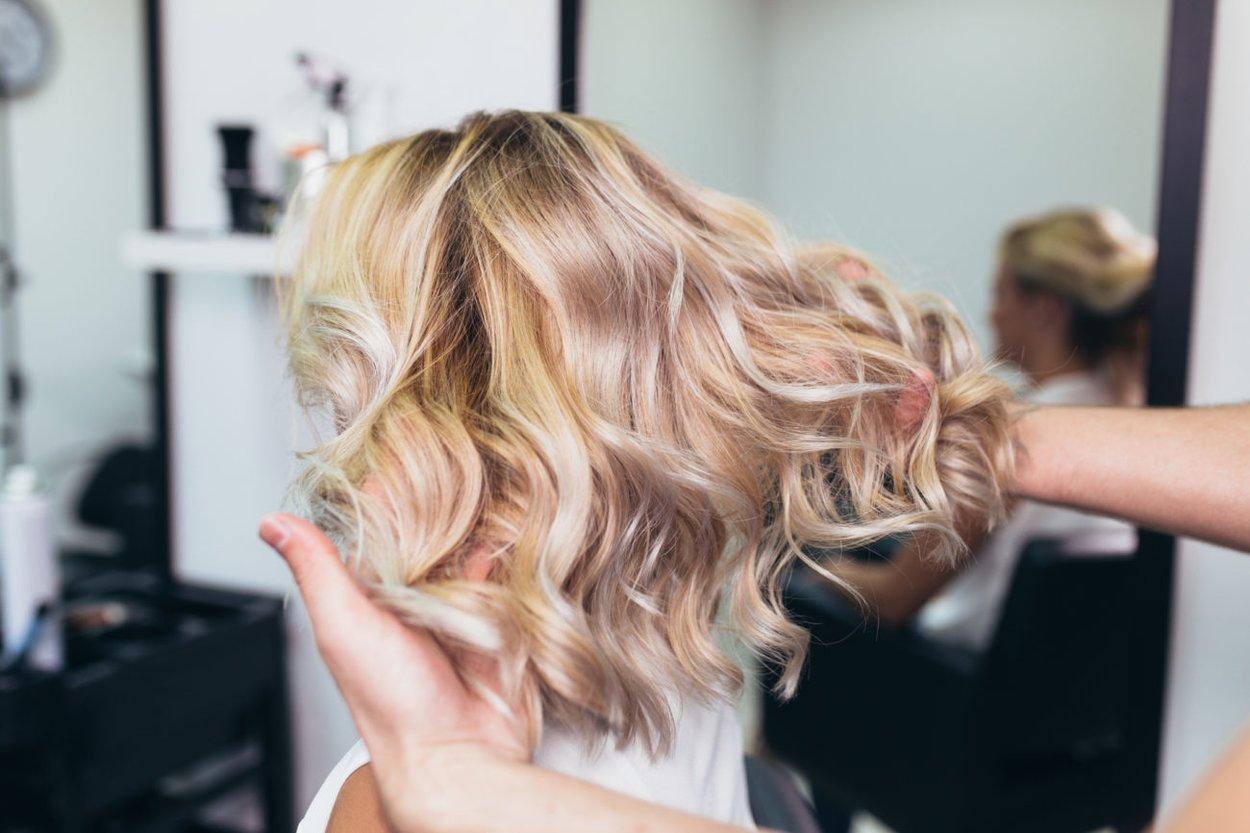 Bunt blondierte Haare