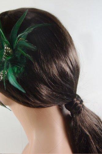 Eleganter Zopf mit Federn geschmückt