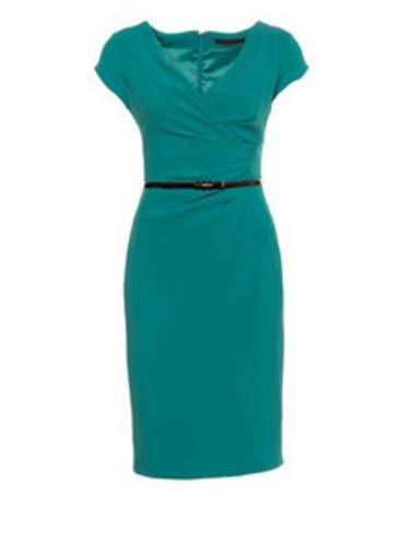 Der strenge Schnitt des Kleides wird durch das kanllige Türkis aufgelockert.