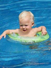 Babyschwimmen mit der Mutter