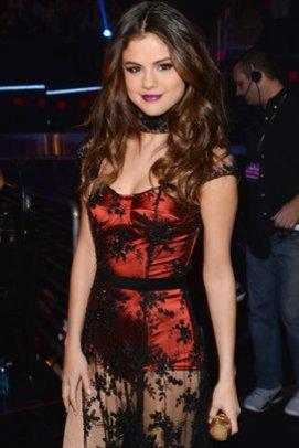 Selena Gomez im sexy Bühnenoutfit