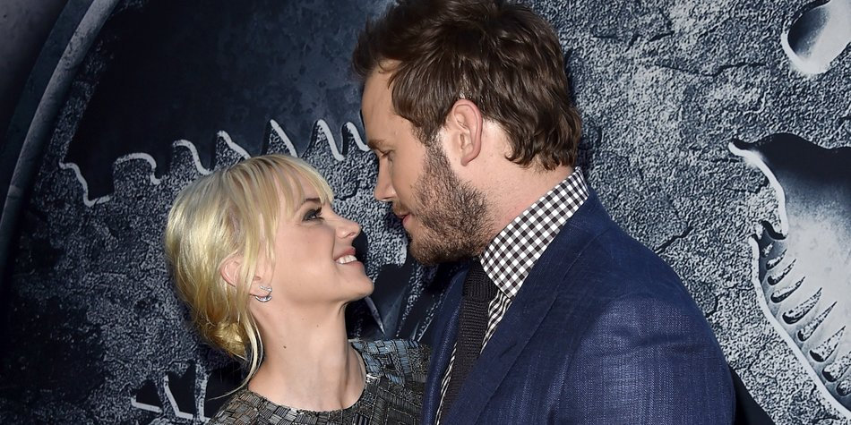 "HOLLYWOOD, CA - JUNE 09: Actors Chris Pratt (R) and Anna Faris attend the Universal Pictures' ""Jurassic World"" premiere at the Dolby Theatre on June 9, 2015 in Hollywood, California. (Photo by Kevin Winter/Getty Images)"