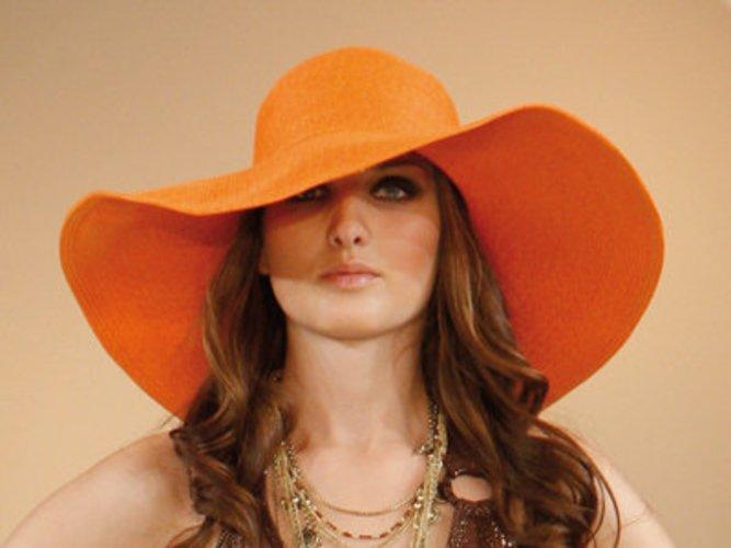 Model in orange-farbenem weitem Sommerhut von C&A.