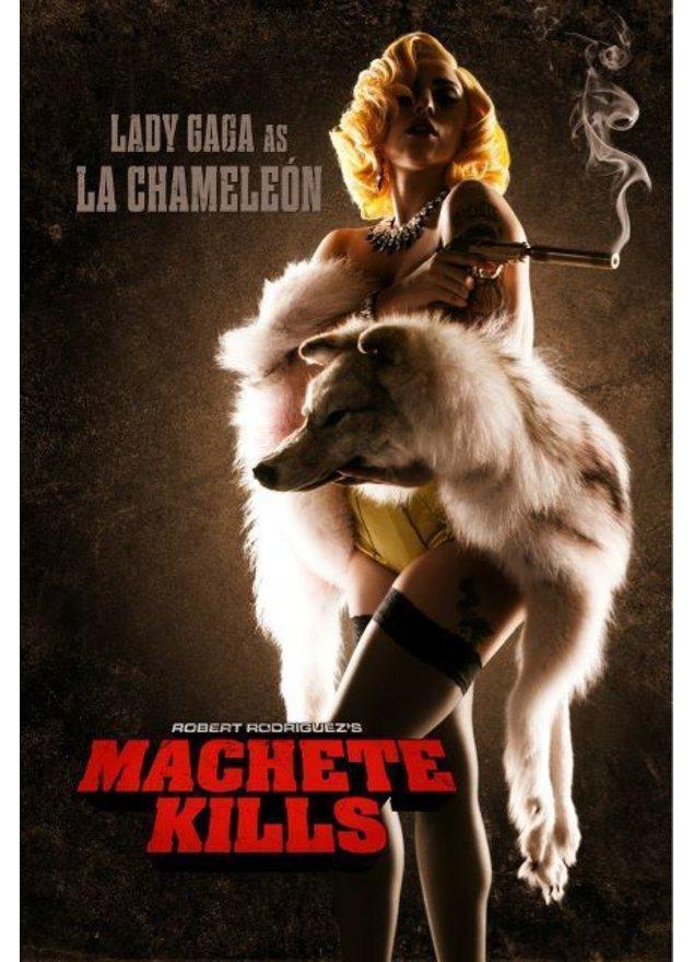 Lady Gaga mit Pistole in der Hand und Wolfspelz um die Schulter