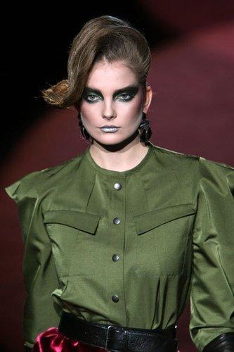 Satinbluse mit breiter Schulterpartie im 80-er Jahre Look von Marc Jacobs