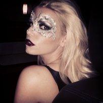 Jessica Simspon mit silberner Maske