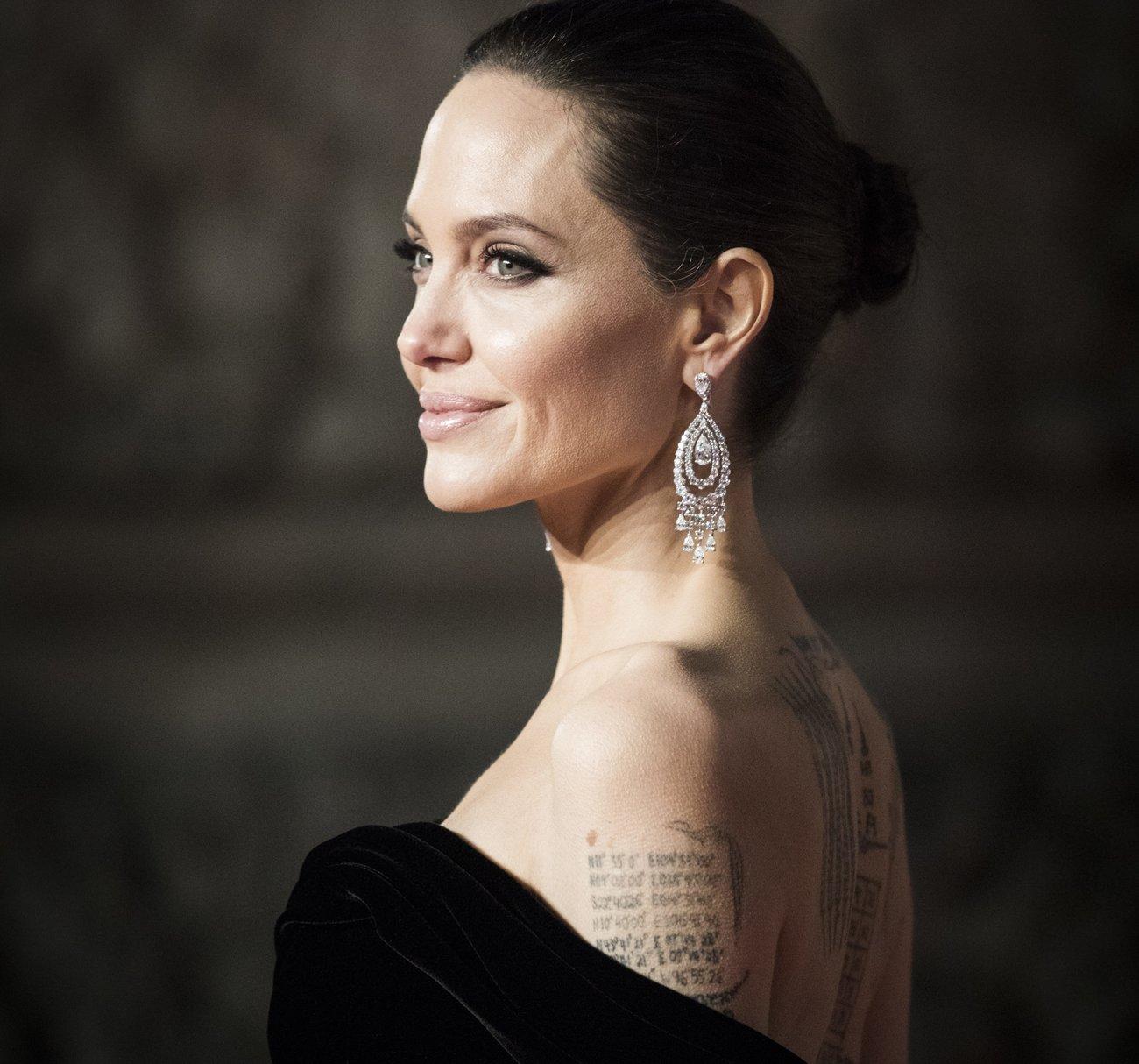 Angelina Jolie Koordinaten-Tattoo