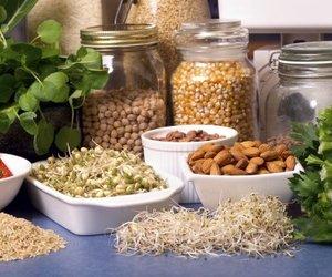 Nüsse und Gemüse auf einem Tisch