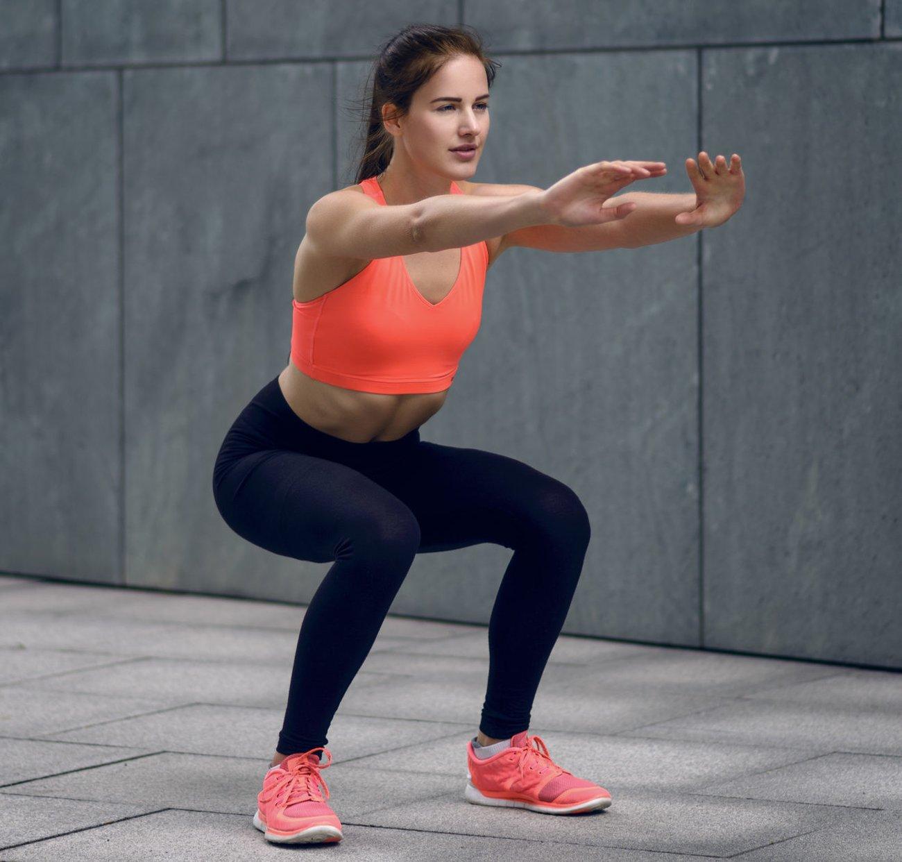 Frau macht Squats