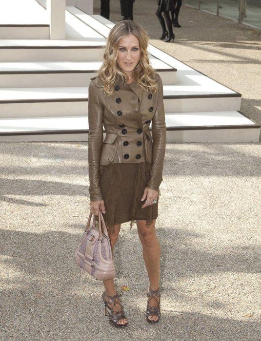 Sarah Jessica Parker trägt Lederblazer zum Fransenrock