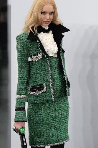 Karl Lagerfeld für Chanel: Wollkostüm mit großem Rever und weißen Jabotkragen