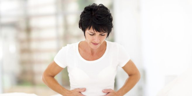 Extrauteringravidität: Frau mit Schmerzen in der Bauchregion
