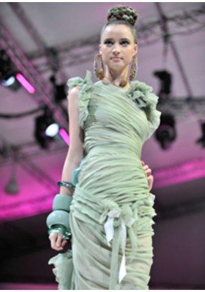 Model in einem Kleid der Frühjahrskollektion von Lacroix