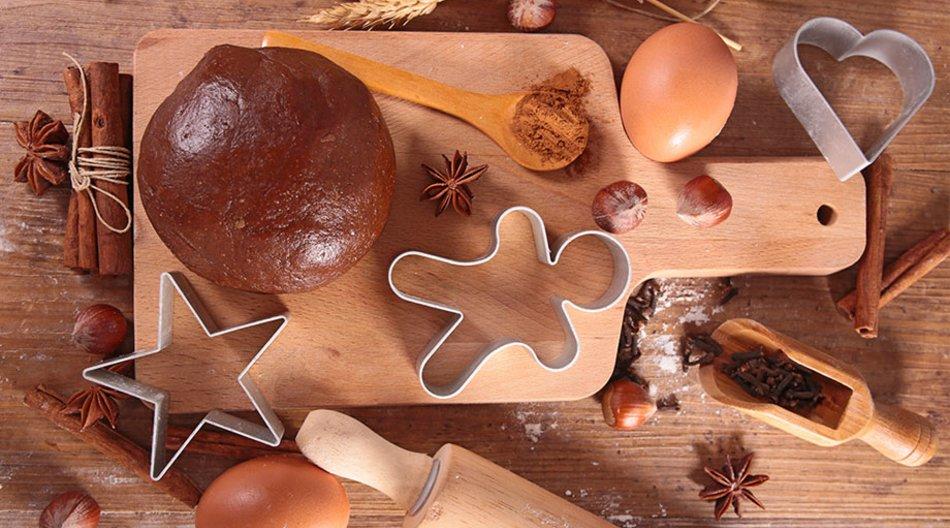Brett mit Lebkuchen und Ei