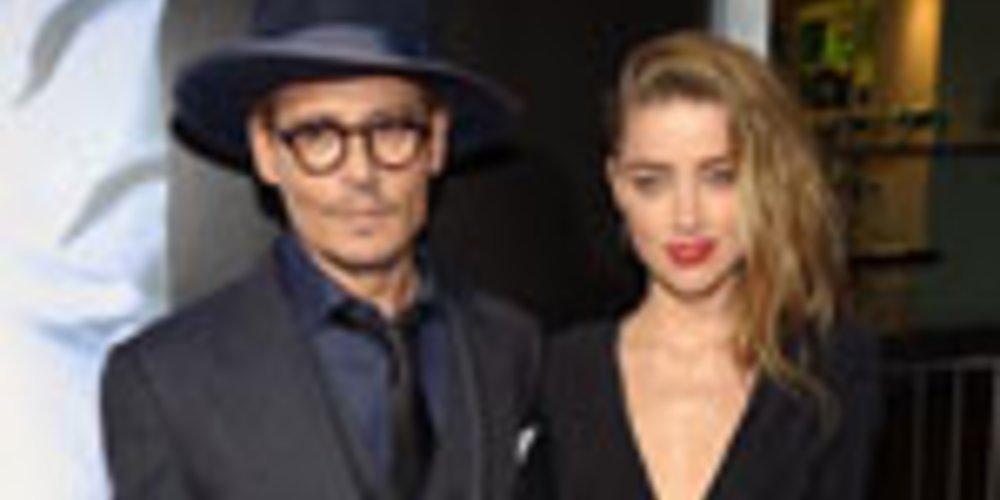 """Monatelang schwieg sich Schauspieler Johnny Depp über seine Verlobung mit Amber Heard aus. Bei einer Pressekonferenz zu seinem Film """"Transcendence"""" bestätigte er erstmals indirekt die Verlobung mit der 27-Jährigen und zeigte seinen Verlobungsring."""
