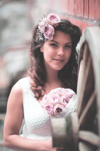 Natürliche Brautfrisur mit Blumenschmuck