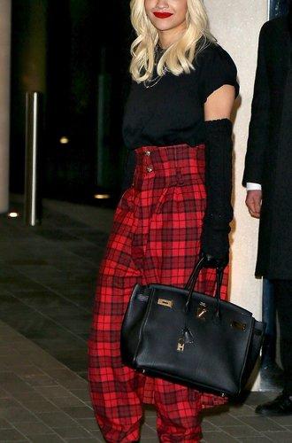 Rita Ora mit rot karierter Hose