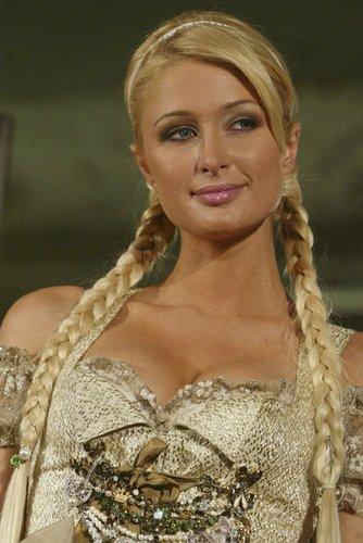 Paris Hilton mit zwei seitlich geflochtenen Zöpfen