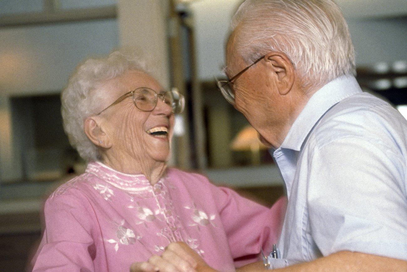 Altes Paar tanzt