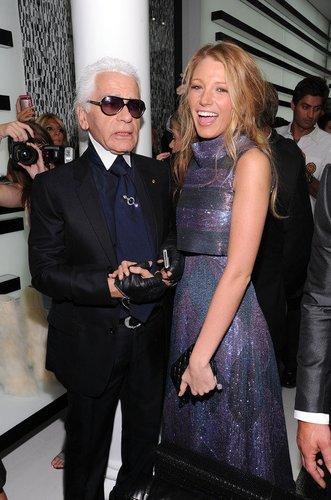 Blake Lively lacht mit Karl Lagerfeld