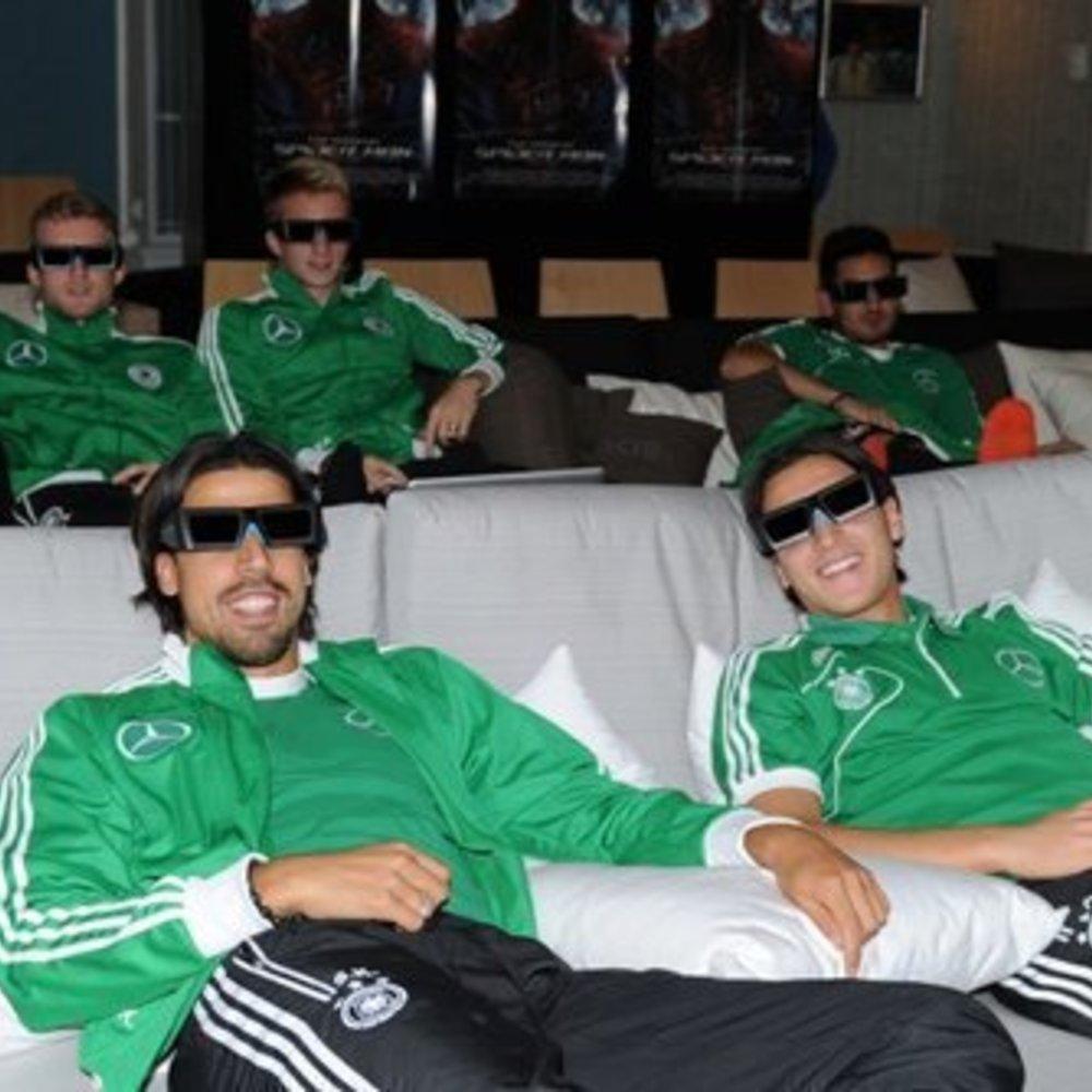 Mesut Özil und Co. entspannen im 3D-Kino